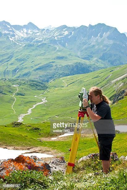 surveyor com a leica total de - leica camera - fotografias e filmes do acervo