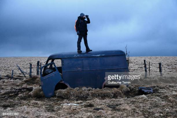 survival adventurer stand up - one night stand stock-fotos und bilder