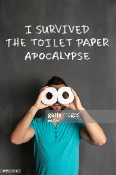 sono sopravvissuto all'apocalisse della carta igienica - emorroidi foto e immagini stock