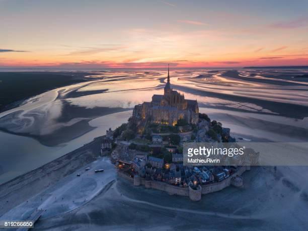 Survol du Mont Saint-Michel au coucher du soleil