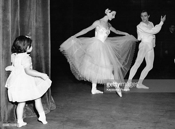 Susan North, petite fille âgée de trois ans, observe et imite depuis les coulisses la révérence faite par sa tante, la danseuse Alicia Markova...
