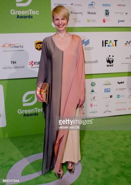 Susann Atwell mit einem etwas sackartigen Kleid aber dafür mit einem feinem Lächeln auf den GreenTec Awards 2015 im Velodrom Berlin am