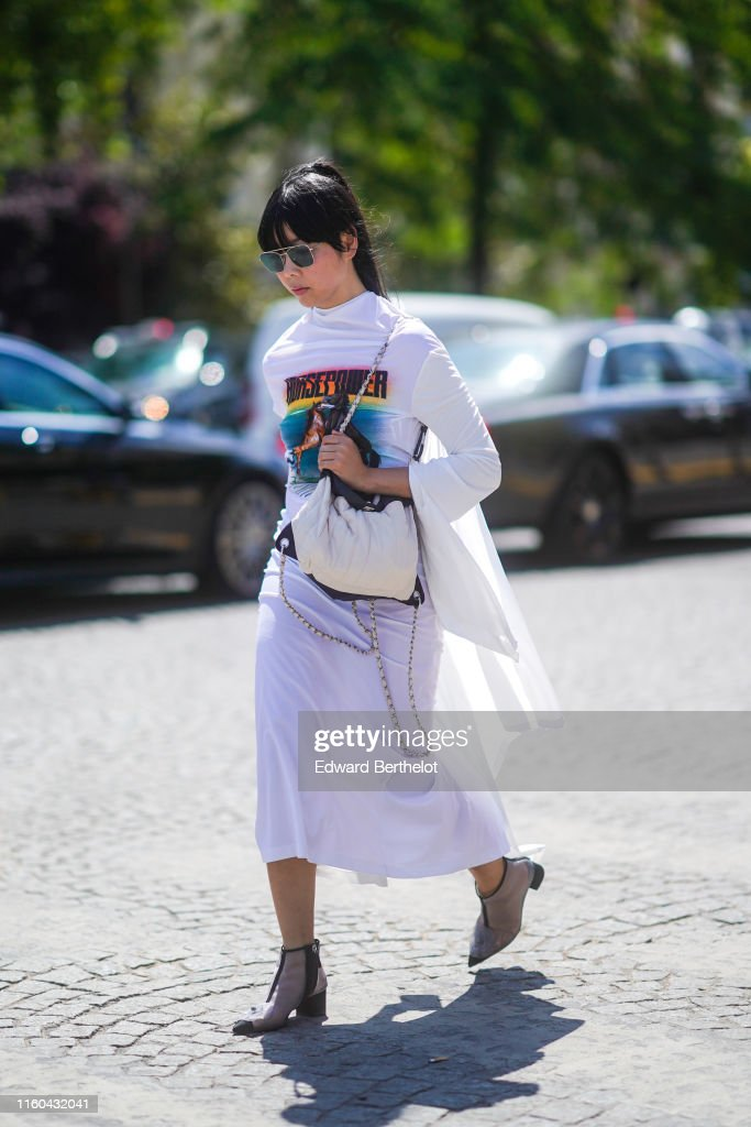 Street Style : Paris Fashion Week -Haute Couture Fall/Winter 2019/2020 : Day Three : News Photo
