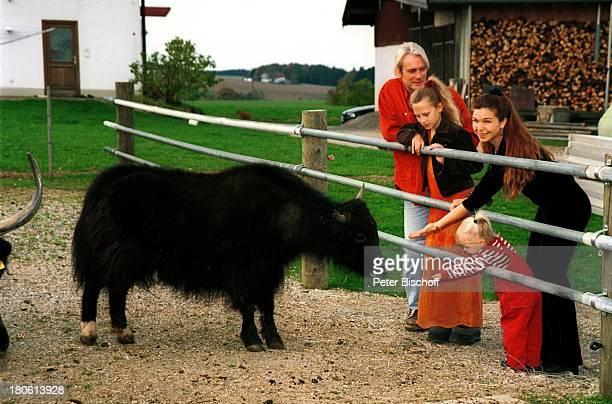 Susanna Wellenbrink ihre Tochter Mia Wellenbrink Lebensgefährte Mike Toole dessen Tochter SarahJane Toole Yak Homestory Mühldorf/bei München Tier...