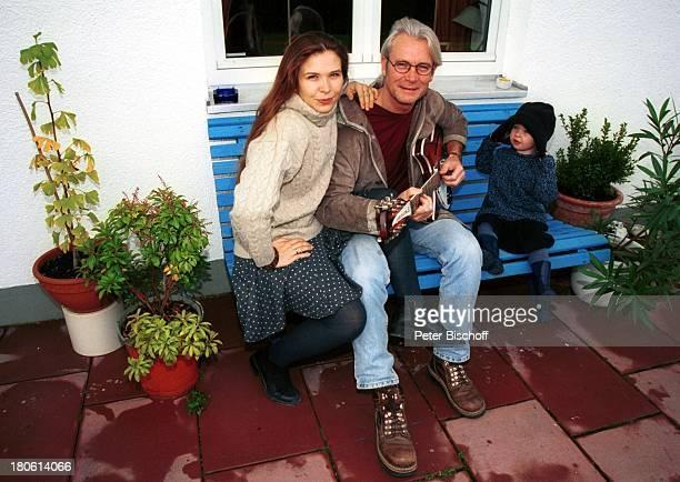 Susanna Wellenbrink Lebensgefährte Mike Toole Tochter von Susanna Wellenbrink Mia Wellenbrink Homestory Mühldorf/bei München Gitarre spielen...