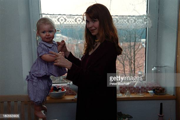 Susanna Wellenbrink Tochter Mia SophieRebecca Robin Besuch bei MonikaWellenbrink Homestory Küche BauernhausBayrischer Wald Stuhl Baby