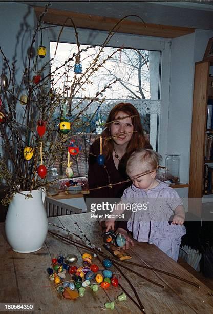 Susanna Wellenbrink Tochter Mia SophieRebecca Robin Besuch bei Mutter MonikaWellenbrink Homestory Bayrischer WaldOsterdeko Eier Ostereier Osterstrauß