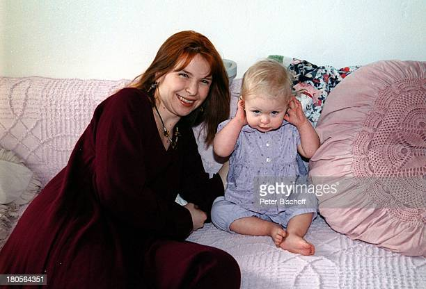 Susanna Wellenbrink Tochter Mia SophieRebecca Robin Besuch bei Mutter MonikaWellenbrink Homestory Bayrischer WaldBett horchen Kissen