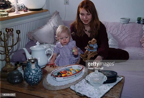 Susanna Wellenbrink Tochter Mia SophieRebecca Robin Besuch bei Mutter MonikaWellenbrink Homestory Bayrischer WaldBett Osterdeko Ostereier Kissen