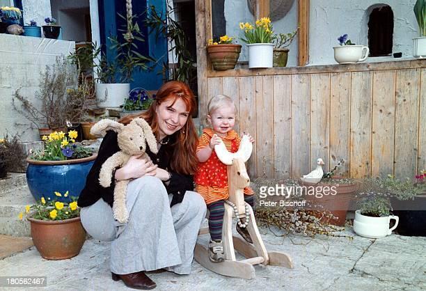 Susanna Wellenbrink Tochter Mia SophieRebecca Robin Besuch bei MonikaWellenbrink Homestory BauernhausBayrischer Wald Garten SchaukelpferdStofftier...