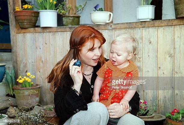 Susanna Wellenbrink Tochter Mia SophieRebecca Robin Besuch bei MonikaWellenbrink Homestory BauernhausBayrischer Wald Garten Ei