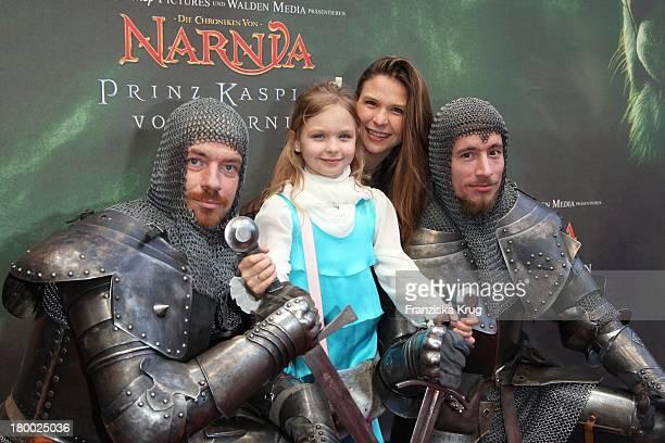 Susanna Wellenbrink Und Tochter Mia Sophie Mit Rittern Bei Der Premiere Von Die Chroniken Von Narnia Prinz Kaspian Von Narnia Beim Ritterturnier In...