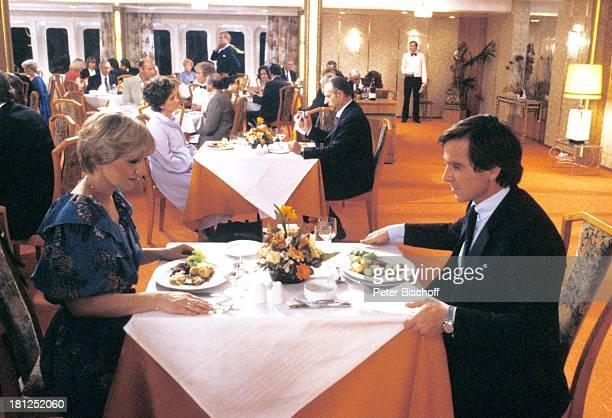 Traumschiff II Staffel Folge 7 Episode 1 Herz ist Trumpf Marokko/Afrika MS Astor Kreuzfahrtschiff Bordrestaurant Dinner Smoking Abendkleid...