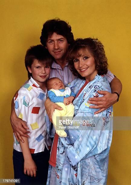Susanne Uhlen mit Herbert Herrmann und den Söhnen Florian und Christopher Kinder Ehepaar Kind Familie Schauspielerin Schauspieler Promis Prominente...