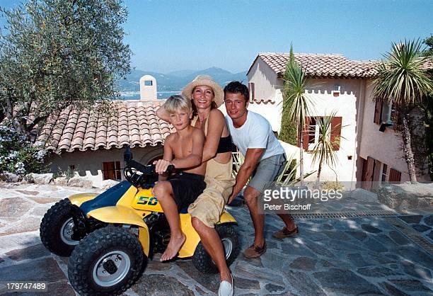 Susanne Uhlen mit ihren Söhnen Christopherund Florian vor ihrer FerienVillaUrlaub St Tropez