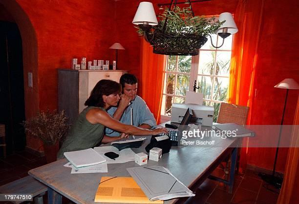 Susanne Uhlen mit Lebensgefährte Henry;Dawidowicz im Arbeitszimmer ihrer;Ferien-Villa, Urlaub, St. Tropez;Computer,