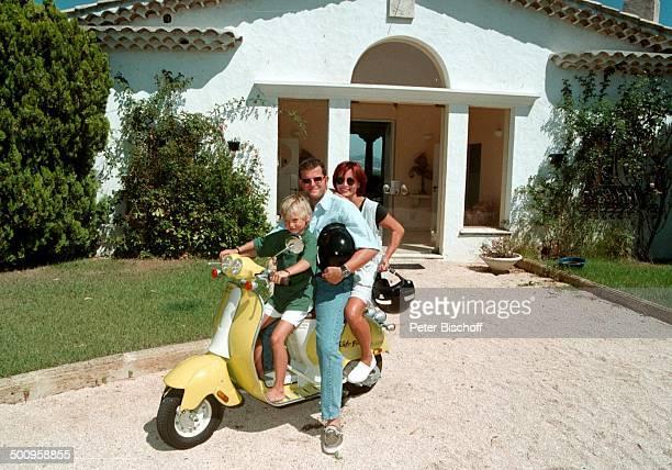 Susanne Uhlen mit Lebensgefährten Henry Dawidowicz und Sohn Christopher auf der Vespa St Tropez/SüdFrankreich Urlaub Motorroller Kind Schauspielerin...