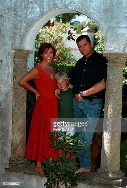 Susanne Uhlen mit Lebensgefährten Henry Dawidowicz und Sohn Christopher auf StTropez/SüdFrankreich Urlaub Kind Schauspielerin Promi Promis...