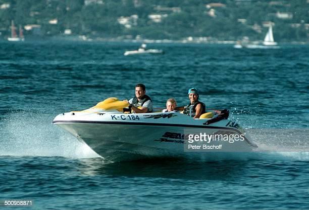 Susanne Uhlen mit Lebensgefährten Henry Dawidowicz und Sohn Christopher auf St Tropez/SüdFrankreich in SpeedStarMotorboot Urlaub verliebt Meer Boot...