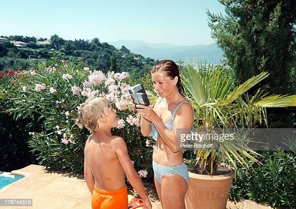 Susanne Uhlen mit Sohn Christopher amSwimmingPool ihrer FerienVilla UrlaubSt Tropez Bikini