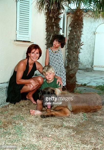 Susanne Uhlen mit Sohn Christopher und Naomi und Hund Woody auf StTrorez/SüdFrankreich Urlaub Kind Kinder Tier Schauspielerin Promi Promis...