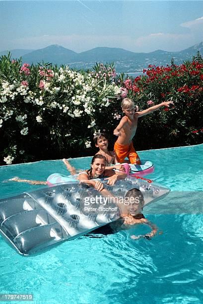 Susanne Uhlen mit Sohn Christopher unddessen SchulFreunden Timmy SchulzeJustus Kewenig im SwimmingPool UrlaubSt Tropez