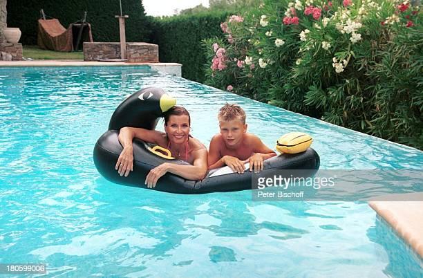 Susanne Uhlen Sohn Christopher Uhlen Stöpsel St Tropez Mittelmeer Frankreich Europa SwimmingPool schwimmen Mutter und Kind