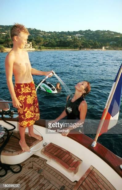 Susanne Uhlen Sohn Christopher Uhlen Stöpsel St Tropez Mittelmeer Frankreich Europa LuxusYacht Ahava Hafen duschen Salzwasser abspritzen nass spritzen
