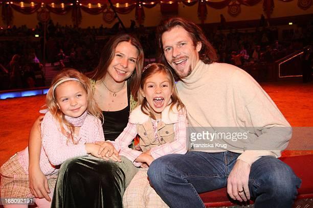 Susanne Wellenbrink Mit Ihrem Ehemann Peter Und Tochter Mia Und Posel Besuchen Das Lilalu Gastspiel Im Circus Krone In München
