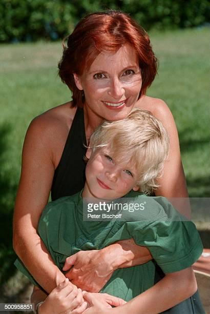 Susannen Uhlen mit Sohn Christopher auf St Tropez/SüdFrankreich Urlaub Kind Schauspielerin Promi Promis Prominenter Prominente RX