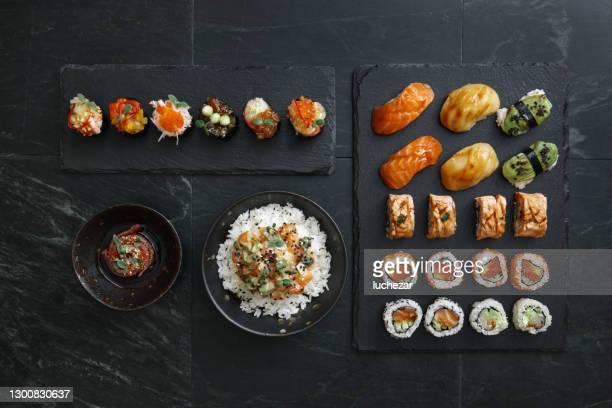 寿司と寿司ロールセット。米鉢。ガンカンセット。マグロタタキ。 - nigiri ストックフォトと画像