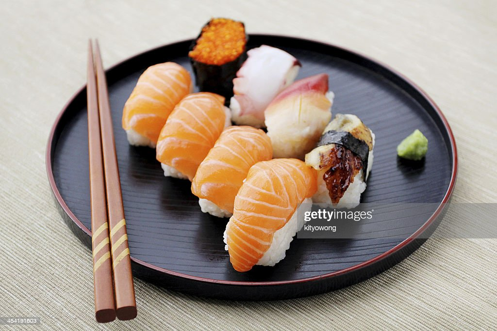 Sushi-mix auf dem Teller : Stock-Foto