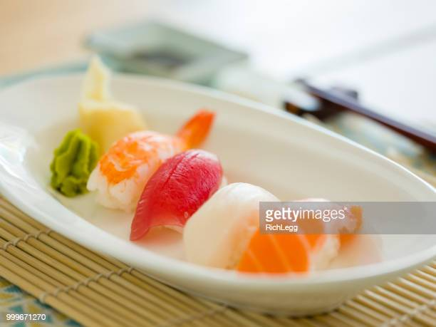 寿司皿 - nigiri ストックフォトと画像