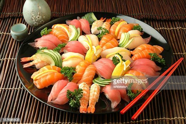 bandeja de sushi - sashimi fotografías e imágenes de stock