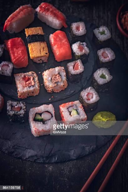 Sushi variatie met sojasaus