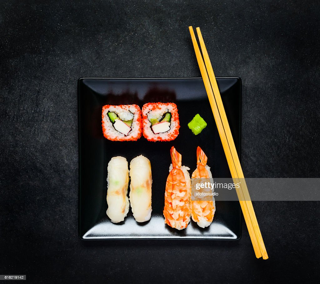 Sushi With Caviar and Sashimi on Black Plate with Chopsticks : Stockfoto
