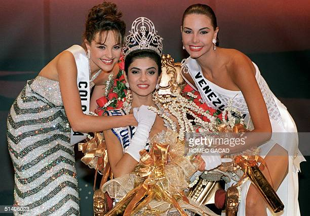 Sushmita Sen poses 21 May 1994 after winning the 1994 Miss Universe crown in Manila with first runner-up Carolina Gomez of Colombia and second...