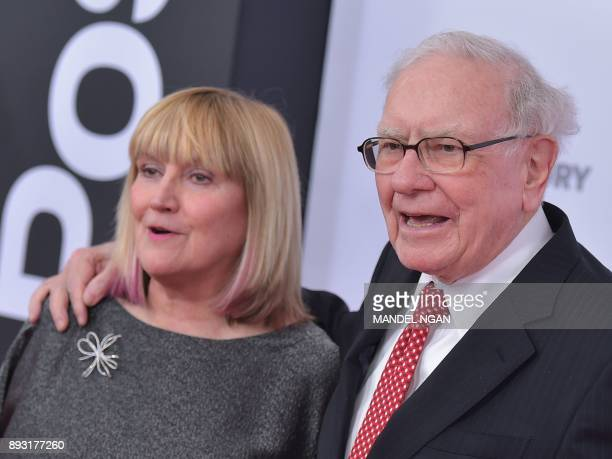 Susie Buffett and Warren Buffett arrive for the premiere of 'The Post' on December 14 in Washington DC / AFP PHOTO / Mandel NGAN