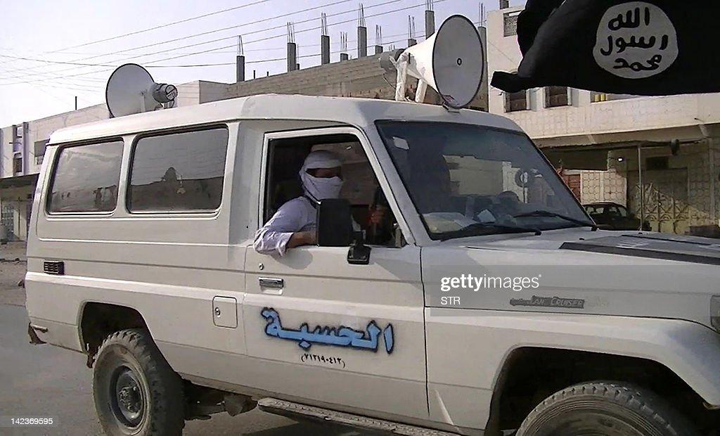 Suspected Al-Qaeda militants drive throu : Fotografía de noticias