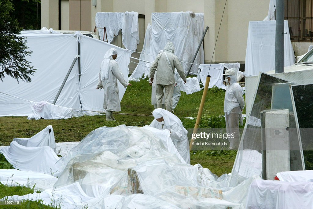 Japanese Police Raid Pana Wave Laboratory Cult Facilities : Fotografía de noticias