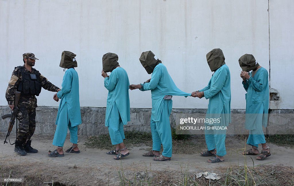 TOPSHOT - Suspected Islamic State (IS) and Taliban militants are brought before media during a press conference in Jalalabad on December 6, 2016. Afghan National Directorate Security (NDS) forces arrested three suspected Islamic State (IS) fighters and eight Taliban insurgents during an operation in different part of Jalalabad city, officials said. / AFP / NOORULLAH