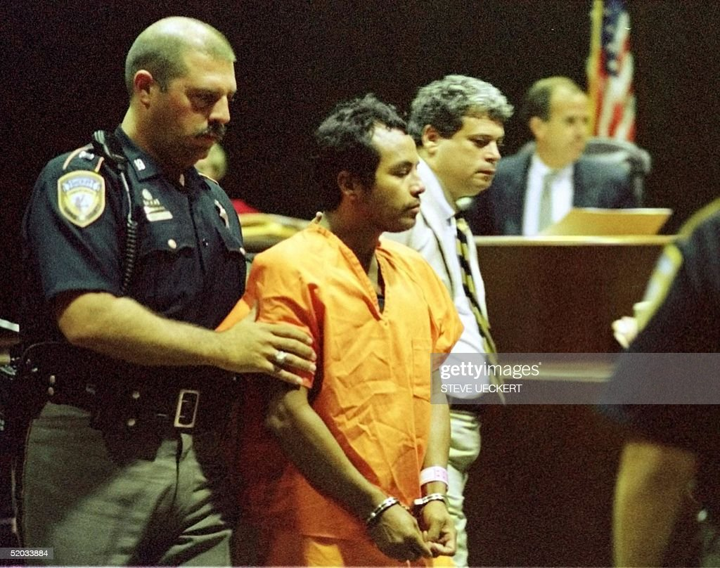 Suspected serial killer Angel Maturino Resendez (C) is escorted out of a courtroom 23 July, 1999, by Harris County Sheriff's Department Lt. J. Holden (L) in Houston, TX. Maturino Resendez was arraigned on a capital murder charge for the slaying of a Houston-area physician at her home last December.