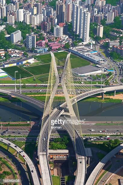 Ponte suspensa na cidade de São Paulo