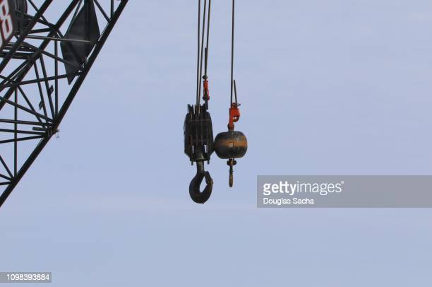 suspended crane hook and weight on a cable - 滑車 ストックフォトと画像