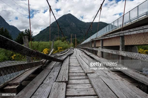 suspension bridge - pucon fotografías e imágenes de stock
