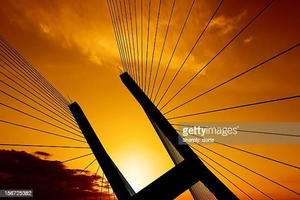 xxl puente colgante de silhouette - fortaleza estructura de edificio fotografías e imágenes de stock