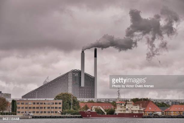 sustainable energy. cogeneration or combined heat and power, chp, copenhagen, denmark - victor ovies fotografías e imágenes de stock