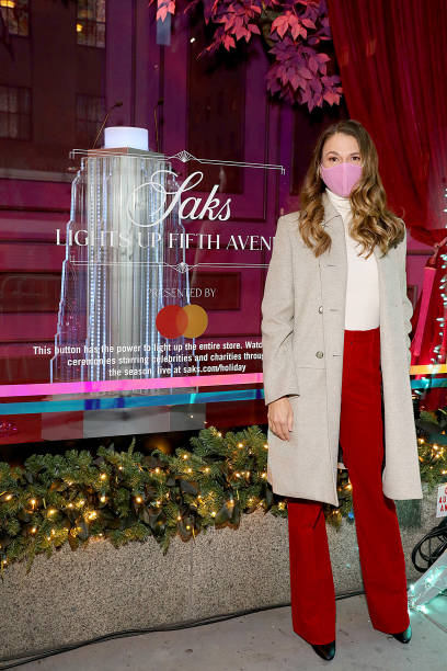 NY: Sutton Foster Celebrates the Holidays at Saks Lights Up Fifth Avenue Ceremony