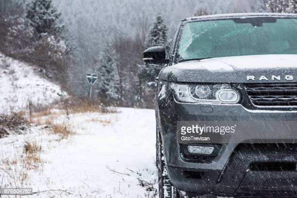 suv off-road vehicle on a snowy mountain,1 - range rover stock pictures, royalty-free photos & images
