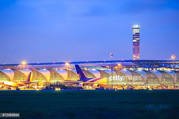 suwannabhumi airport at night. - passenger boarding bridge stock pictures, royalty-free photos & images
